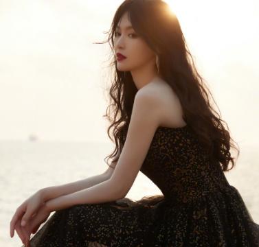 唐嫣晒出一组海边大片,身穿亮片薄纱黑裙