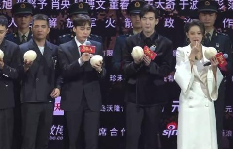 张馨予发布会上表白何捷:他是我最爱的人!手护肚子疑似有好消息