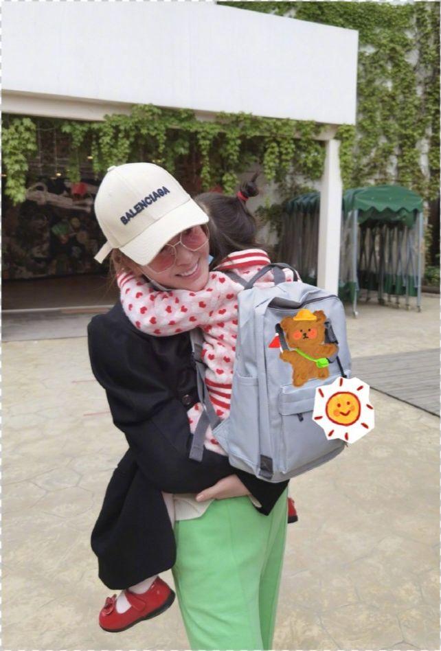 杜若溪女儿头天上学照,3岁小肉肉俏皮可爱漂亮,被妈妈抱爸爸亲