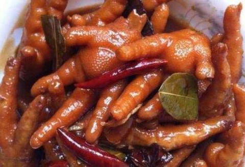 家常菜:红烧凤爪、香肠土豆片、芹菜炒腐竹