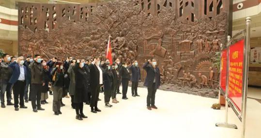 市教体局组织党员干部参观市博物馆并重温入党誓词