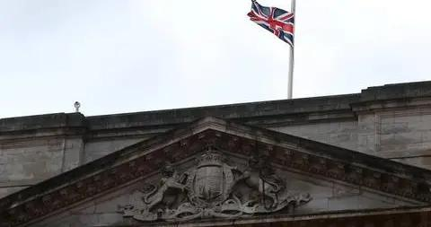 菲利普亲王去世 英国白金汉宫张贴讣告降半旗致哀
