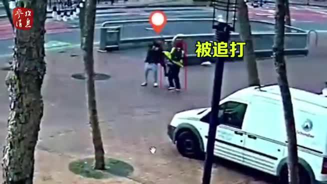 """美华裔老太""""反杀""""袭击者视频:头中拳后 抄起木棍一顿打"""