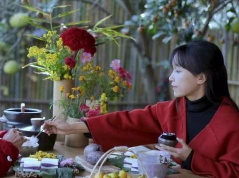 李子柒桃花美食千万人围观,网友:不会拉肚子吗