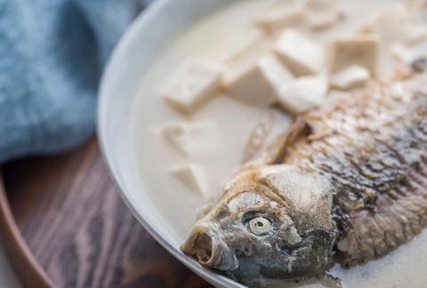 熬鱼汤时,牢记3个技巧,鱼肉鲜嫩,鱼汤香醇又无腥味