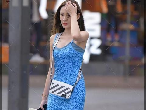 """美丽小姐姐""""复古蓝色豹纹吊带裙"""",显瘦又显高,凸显好身材"""