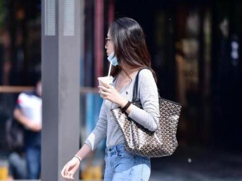 春季里的时尚女生,帆布鞋穿出休闲风,还可以展示身材