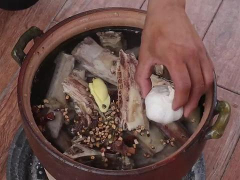 厦门粉丝送来超大动物骨架,村里人闻讯赶来,一人啃几斤真带劲