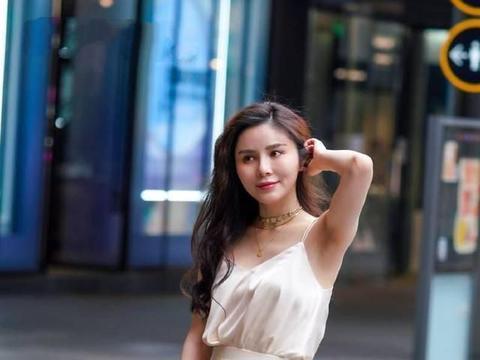 杏色吊带裙搭配高跟透明凉鞋,温文恬静,优雅迷人