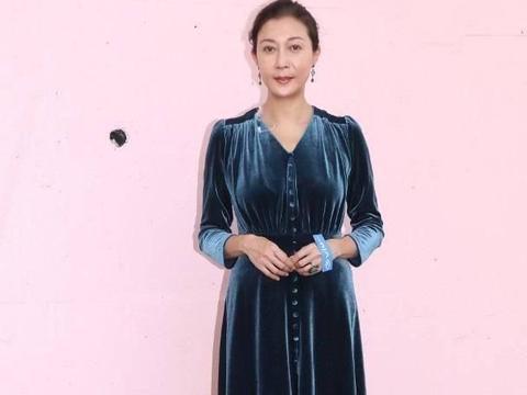 48岁吴绮莉又美回来了,穿斜肩裙配长卷发,年轻10岁都不止!