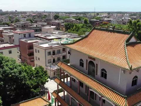 在广东农村里,最堂皇华丽的建筑那一定是祠堂,代表着宗族的威望