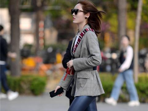 深蓝色紧身皮裤,搭配灰色休闲西服,年轻的姑娘喜欢的搭配