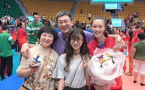 惠若琪一家4口太幸福!18岁妹妹罕见出镜,身材高挑长相太甜美!