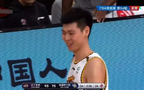 朱荣振羞涩地笑了,原来主教练杨鸣,冲他做了一动作