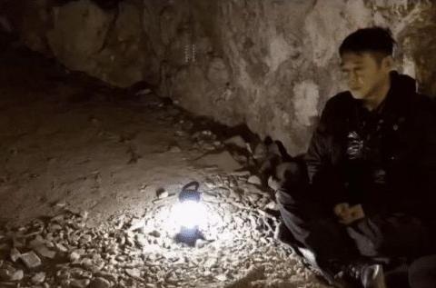 李连杰现身山洞祈福,57岁却老态毕现,和同岁的甄子丹像两代人
