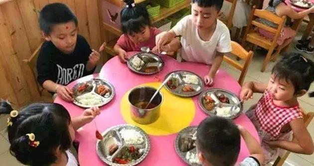 孩子为何会认为幼儿园的伙食更好?不是饭菜的问题,主要原因有三