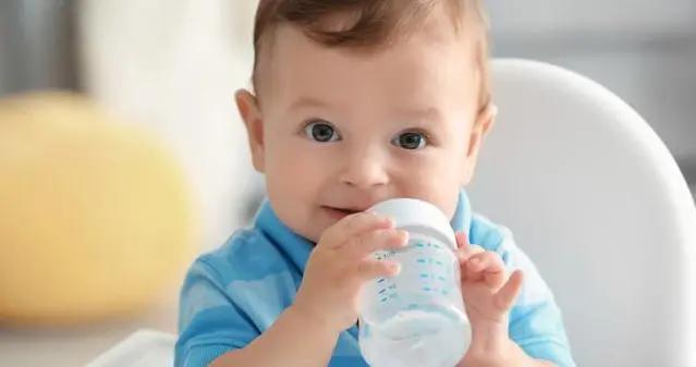 给孩子喂水有讲究,喝什么、何时喝、喝多少,家长们别搞错了