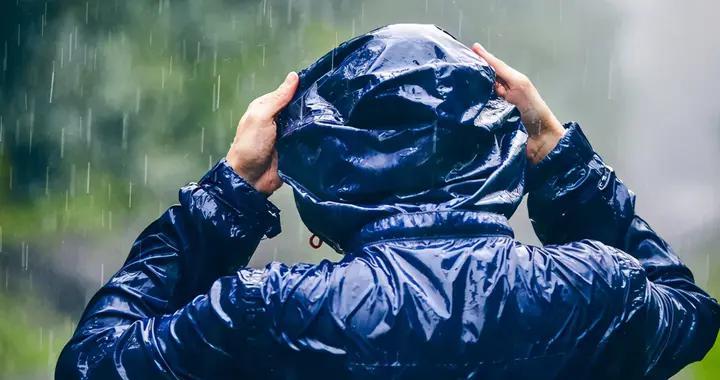 户外出游别忘了带上一件防风衣,防水、透气、轻便很重要