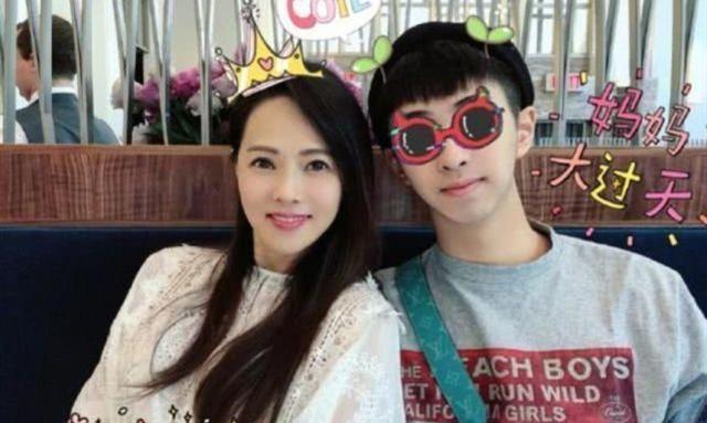 """天悦平台19岁小哈林宣布恋情,女友颜值不输伊能静,两人从""""姐妹""""变情侣"""