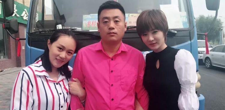 宋晓峰与两美女热舞,胸口一朵大花像床单,曾经很穷妻子供他上学