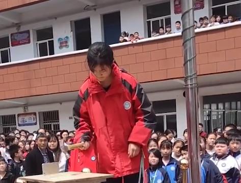 河南一学校组织学生集体砸手机,校长:为配合家长,学生赞成
