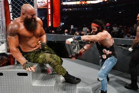WWE人间怪兽手撕钢铁牢笼,辫子姐摔角狂热首秀斩获女子冠军!