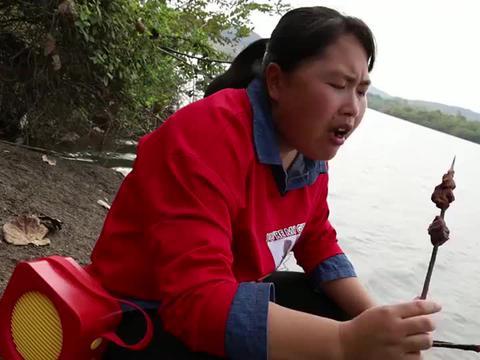 胖妹在湖边做烧烤解馋,烤红柳枝羊肉大串吃着太舒坦了