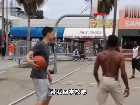 国外爆笑街头恶搞:篮球高手假扮书呆子与陌生人打球,一直进球