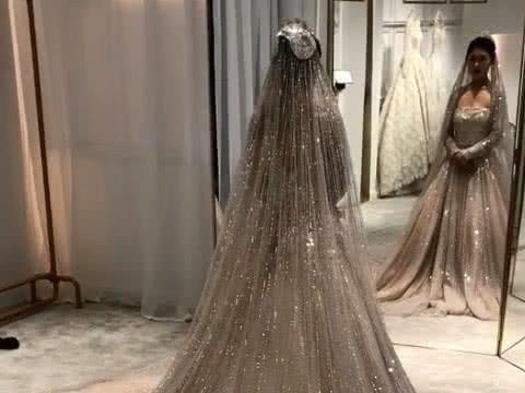 女子炫耀钻石婚纱,被打光小姐姐抢镜,网友:努力的人