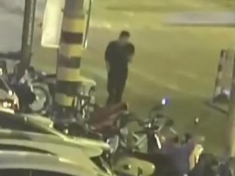 男子低头玩手机,被车撞倒进医院,自己也要担责任