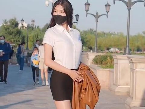 白衬衫搭配包臀短裙,职场穿搭大方干练,气场十足
