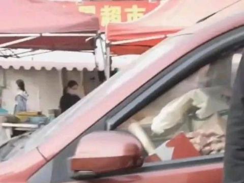 山东青岛一女子街头买蓝莓干,小贩却说250元,网友:直接报警