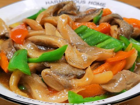 炒平菇时,切记不要直接下锅炒,照着这个做法,味道鲜嫩无涩味