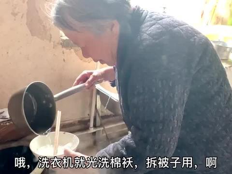 农村77岁大爷二两酒下肚,再喝碗大娘做的菠菜丸子汤,甭提多舒服