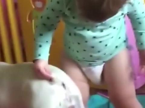 小孩无意戳中狗子菊花,狗狗的表情失控了,镜头记录尴尬瞬间!