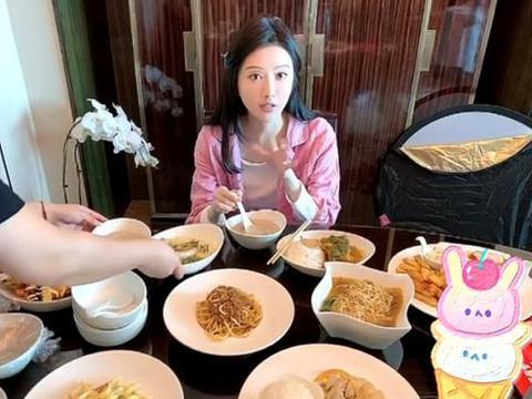 景甜吃早饭被拍,桌上菜品过分抢镜,看清多少样:有钱就是了不起