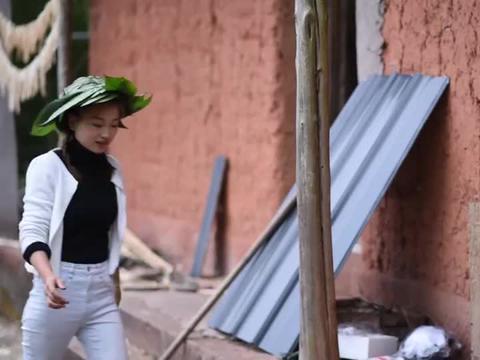 小霞做的帽子被师父嫌弃,上山掰的水竹笋吃起来又是苦的,太难了