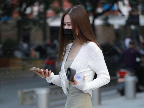 连衣裙凸显清新气质,浅绿色简单自然,透明高跟鞋上脚很高级