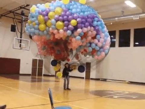 男子用9000个气球制作飞行器,人没上去,魂上去了!