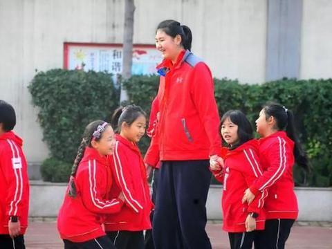 中国女篮再出一天才,14岁身高就超姚明,如今已加入国青!