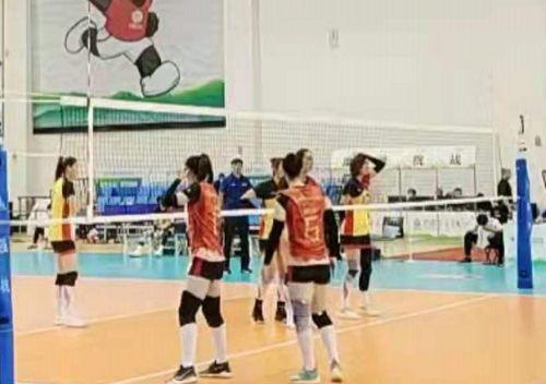 山东女排3-2险胜广东队,两队联手上演精彩对决,出线还看下一轮