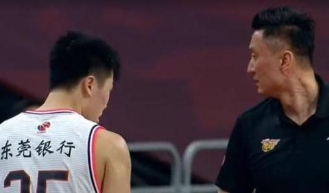 广东宝藏男孩大爆发,杜锋笑了,吴前淡定观赛
