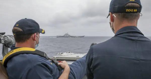 美国海军发布照片:中国航母辽宁舰和美舰近距离碰面