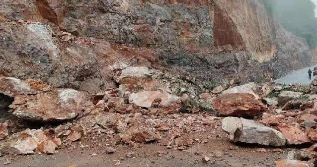 广西河池环江发生山体塌方 道路受阻无法通行