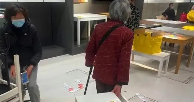 上海宜家搞促销活动,老人们为抢打折家具,险些大打出手
