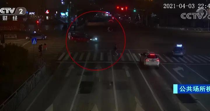 为抢时间,外卖小哥逆行闯红灯被撞负全责,有截肢危险