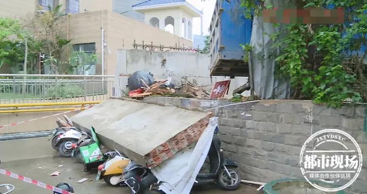 清洁车撞倒小区一堵墙,一排电动车遭了殃,业主:物业有责任