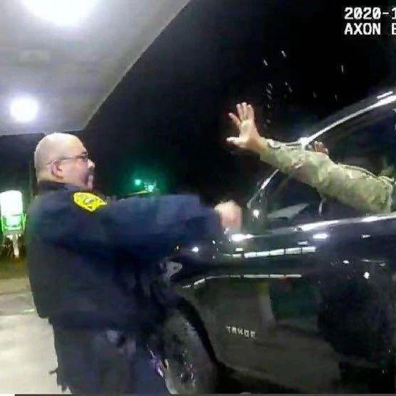 这是美国现在最热的话题 美国军官被美国警察揍了!