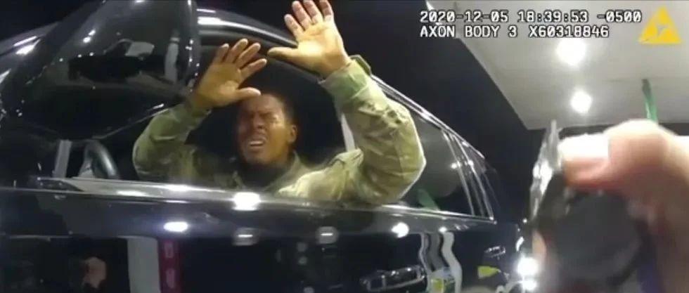 美黑人军官遭白人警察狂喷辣椒水 心碎质问:为国效力这样对我?
