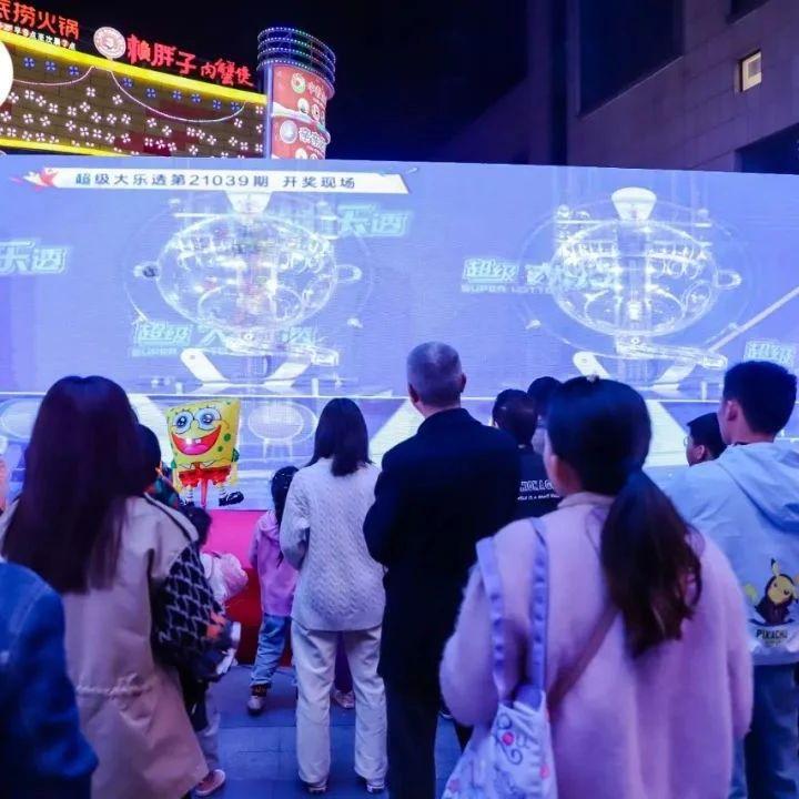 昨天晚上,就在红谷滩万达广场,10亿派奖首期开奖!